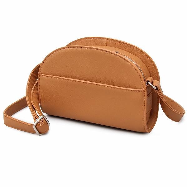 トレンド感のあるハーフムーンバッグを大人な素材感で表現 キャメル フリー 5・・・